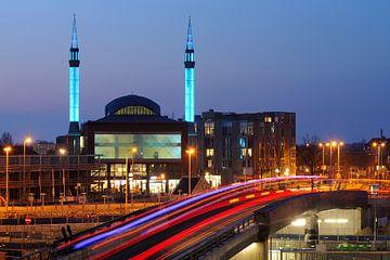 Ulu Moskee in Lombok in Utrecht met busbaan op voorgrond sur Donker Utrecht