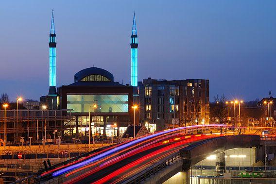 Ulu Moskee in Lombok in Utrecht met busbaan op voorgrond van Donker Utrecht
