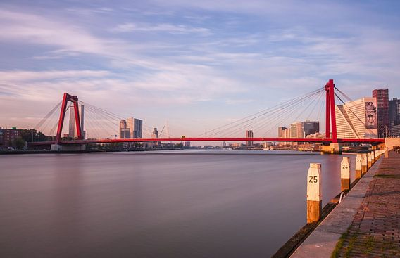 Willemsbrug Rotterdam bij zonsopkomst van Ilya Korzelius