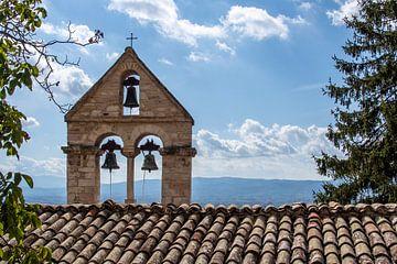 kerkklokken in Assisi, Italië van Ron Smit