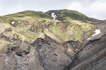 Groen bergachtig landschap op een eiland   IJsland van Photolovers reisfotografie