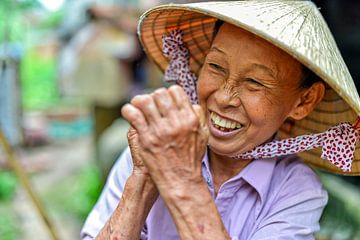 Vrolijke Vietnamese vrouw met strohoed van Richard van der Woude
