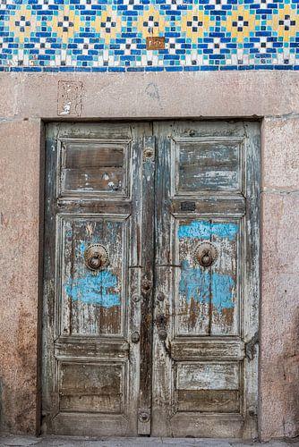 Bruine deur in de Grote Bazaar in Kerman | Iran