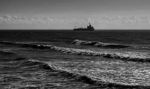 Vrachtschip vaart aan de horizon