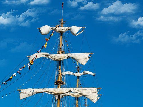 Opgerolde zeilen van een tallship, Sail Amsterdam