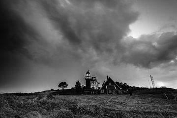 Dark skies over Vlieland sur robert wierenga