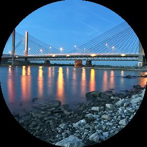 de brug Zaltbommel in avondschemer van Jasper van de Gein Photography