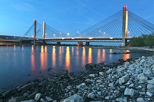 de brug Zaltbommel in avondschemer van