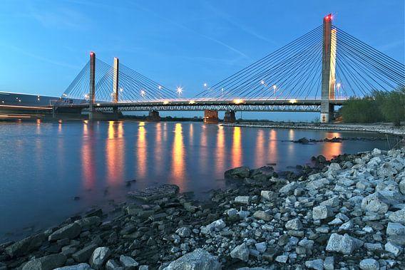 de brug Zaltbommel in avondschemer