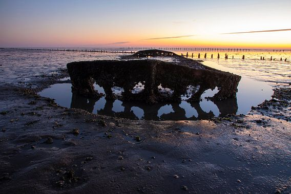 Scheepswrak bij zonsopkomst bij de Waddenzee