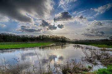 Wolken über der Drentsche Aa von Andrea de Vries