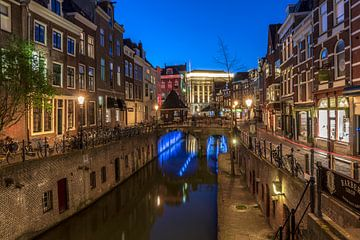 Oudegracht, Vismarkt met Kanisbrug en Stadhuis in avondsfeer Utrecht van André Russcher