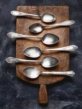 12677242 Snijplank met zilveren lepels van BeeldigBeeld Food & Lifestyle