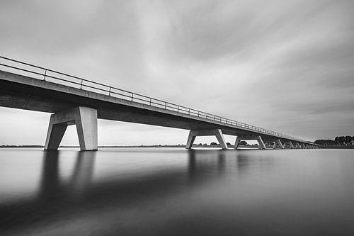 Brug over een meer in zwart-wit met lange sluitertijd