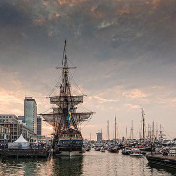 De Gouden Eeuw, zonsondergang met de  tall ship Götheborg. Sail Amsterdam 2015 van Hans Brinkel