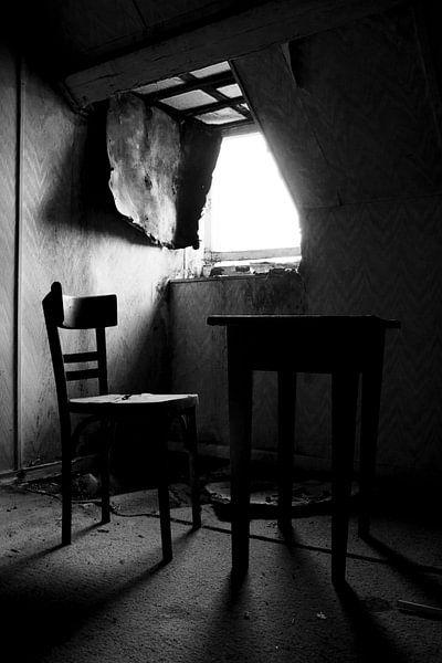 Tisch und Stuhl in einem Raum in einem verlassenen Haus von Jacqueline Groot