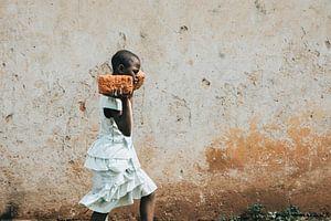 Een Oegandees meisje werkt om te overleven van Milene van Arendonk