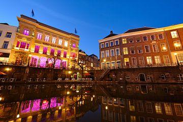 Winkel van Sinkel en het Stadhuis aan de Oudegracht in Utrecht sur Donker Utrecht