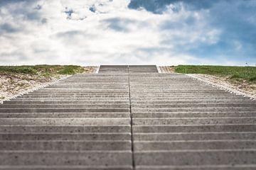 Konkreter Gehweg zu den Wolken und zum Himmel von Fotografiecor .nl