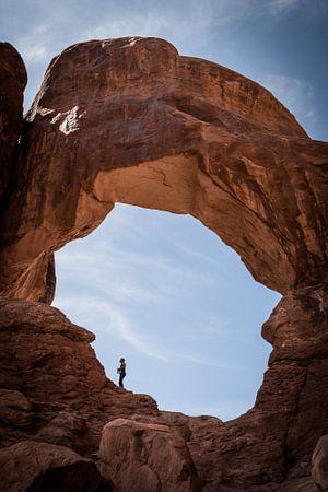 Avontuurlijk klimmen tussen bogen in Arches NP USA van Cathy Php