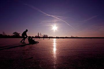 Schaatspret op het platteland van Nederland bij zonsondergang van