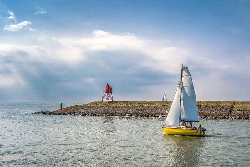 Zeilbootje verlaat de haven van Stavoren in Friesland van Harrie Muis