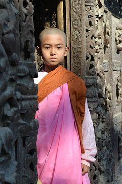 young nun in Mandalay sur luc Utens
