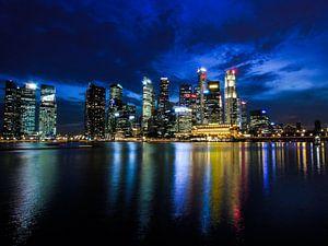 De avond valt in Singapore van