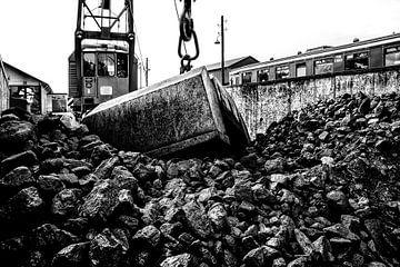 Alter Weinlesekran mit Eimer entfernt Kohle von viel, um eine Lokomotive zu laden von Fotografiecor .nl