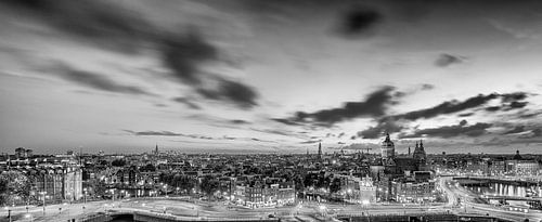 Panorama: Uitzicht over Amsterdam (zwart-wit) van John Verbruggen