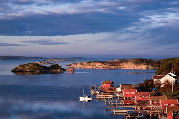 Bootshäuser an der schwedischen Küste von Sander Hekkema