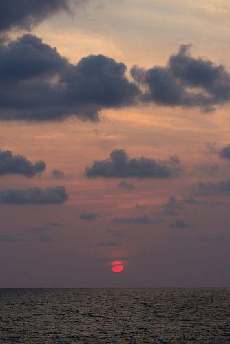 Wolkendek boven oceaan | Zonsondergang in India