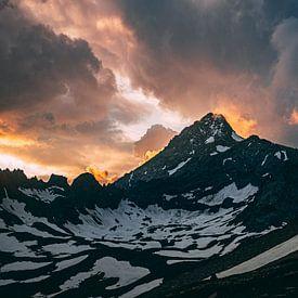 Coucher de soleil dans les montagnes sur Oscar van Crimpen