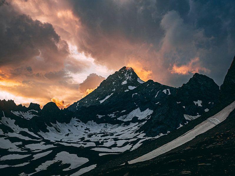 Sonnenuntergang in den Bergen von Oscar van Crimpen