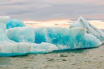 IJsschotsen in ijsmeerJökulsárlón in IJsland van Hein Fleuren