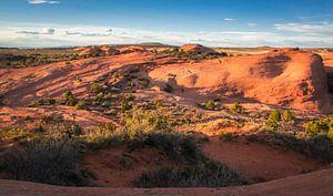 Laat zonlicht op de rotsen van Arches Nationaal Park, Utah van