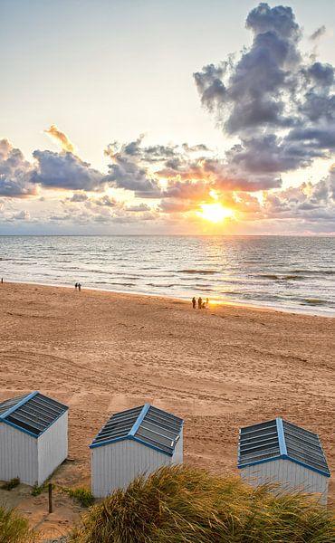 Zonsondergang op het strand van de Koog op Texel / Sunset in de Koog on Texel beach van Justin Sinner Pictures ( Fotograaf op Texel)