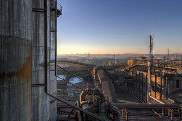 Verlaten industrie bij zonsondergang van Steve Mestdagh
