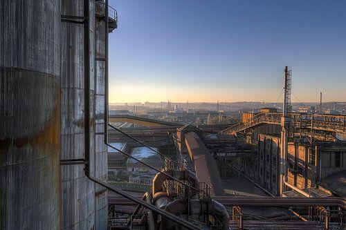 Verlaten industrie bij zonsondergang van