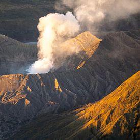 Rokende Bromo vulkaan op Java, Indonesië van Reis Genie