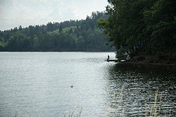 In der Ferne, dieser ein Fischer auf einem sehr großen See.