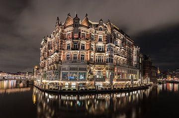 Hotel Europa in Amsterdam bij nacht van Paul Tolen