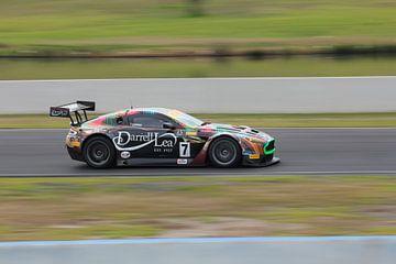 Aston Martin GT3 op een racecircuit van Natasja Tollenaar