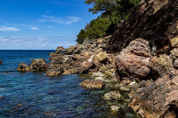 Kust bij de baai Cala Tuent op het Baleareneiland Mallorca