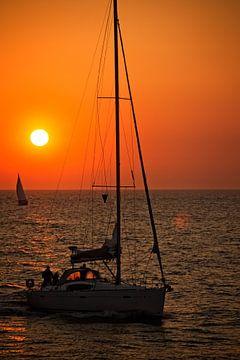 Zeilen tijdens de zonsondergang van