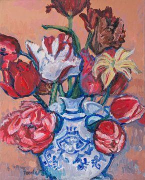 Delfter blaue Tulpenvase mit Tulpen Nr. 1 von artbykoelemij