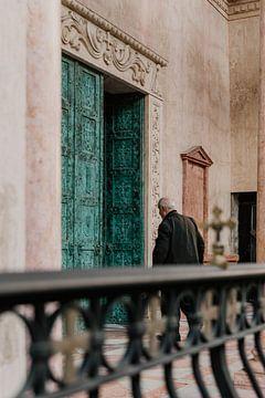 Mann betritt ein Gebäude von Moniek Kuipers