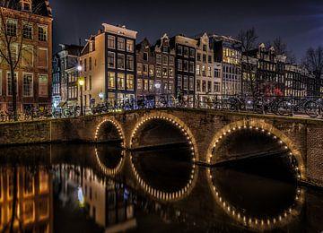 Amsterdamse gracht in de avond. van Mario Calma