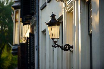Lantaarn aan een gevel van een woning aan de Nieuwegracht in Utrecht van In Utrecht
