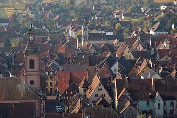 Panoramablick auf die Stadt Riquewihr im Elsass von Koolspix